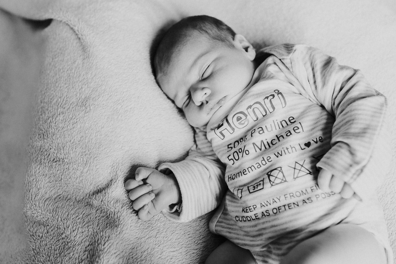 Babyfoto in schwarz weiß