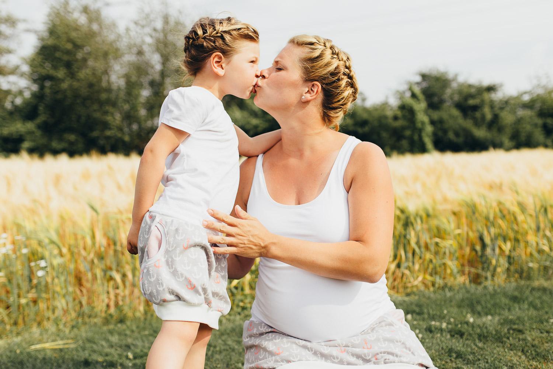 Mutter küßt kleine Tochter