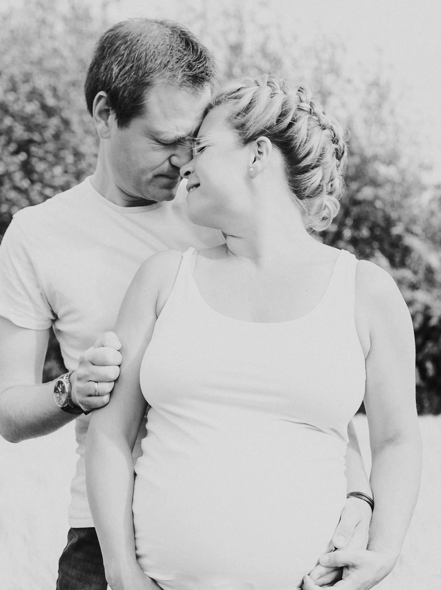 Paarfoto mit Babybauch