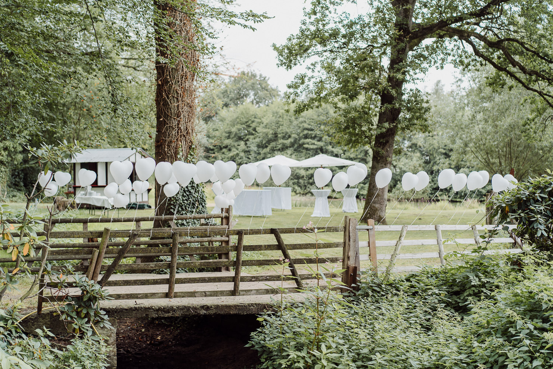 Brücke mit weißen Luftballons für Hochzeit
