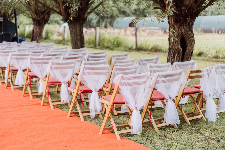 Stühle vor dem Putengehege bei Hochzeitslocation Meierhof Rassfeld