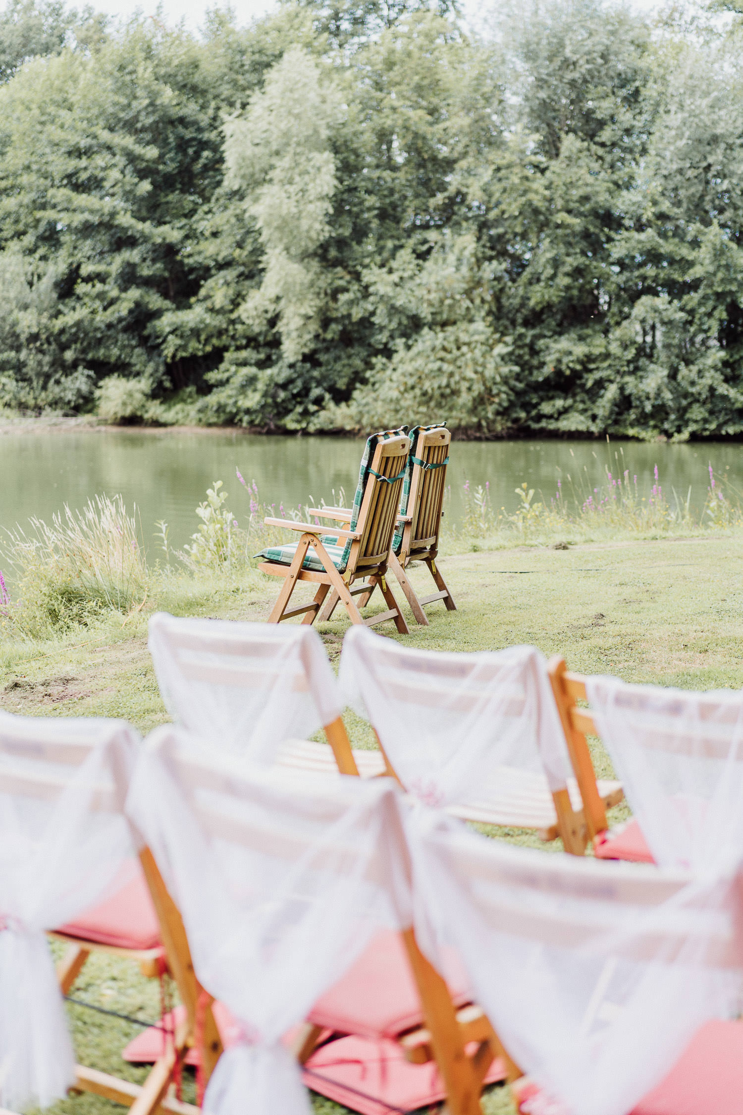 Liegestühle am See bei Hochzeit bei Hochzeitslocation Meierhof Rassfeld