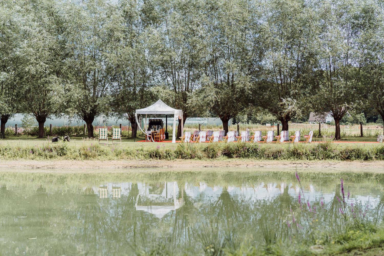 Blick über den See auf die Hochzeitsgesellschaft bei Hochzeitslocation Meierhof Rassfeld