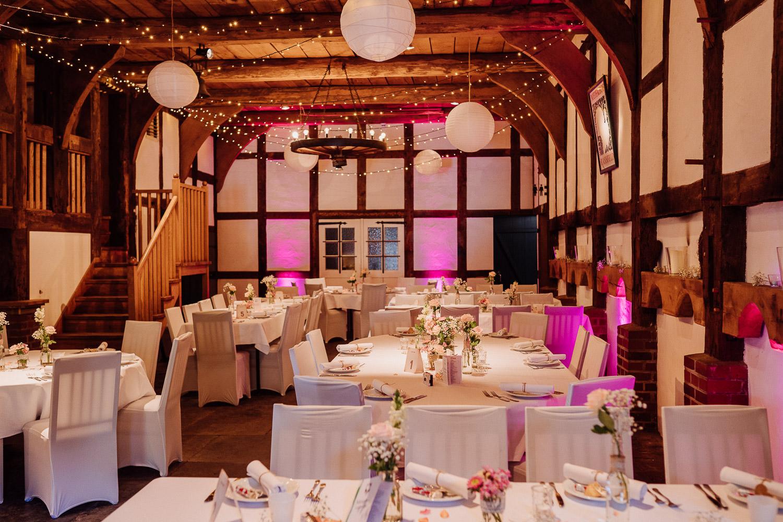 Tische mit Hochzeitsdekoration in Fachwerkscheune Meierhof Rassfeld