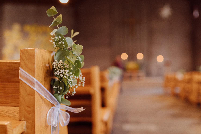 Blumendeko in der Kirche für Hochzeit