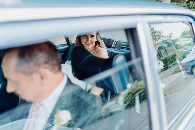 Hochzeitsfoto in das Brautauto
