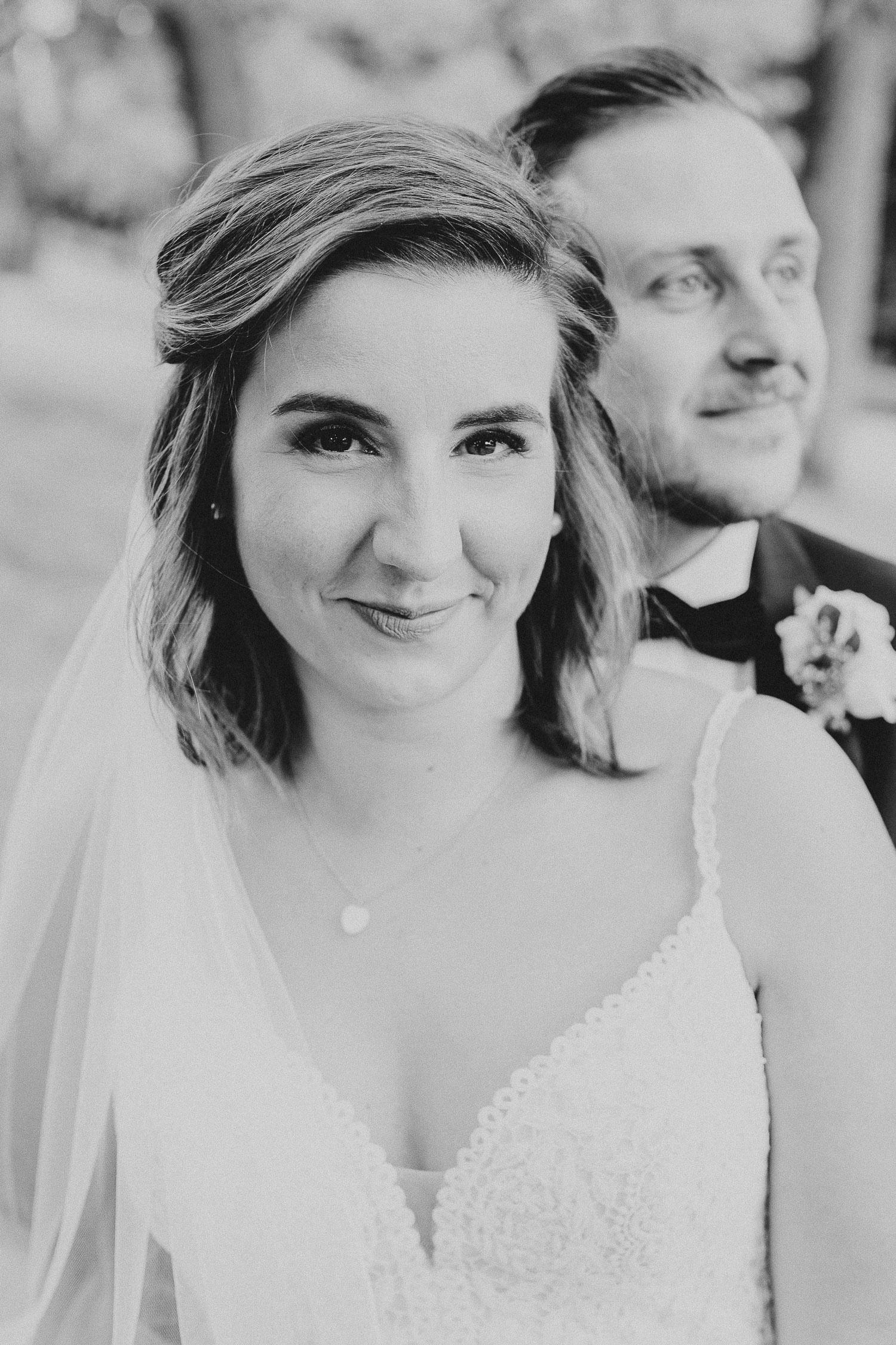 Hochzeitsfoto Braut schaut in die Kamera