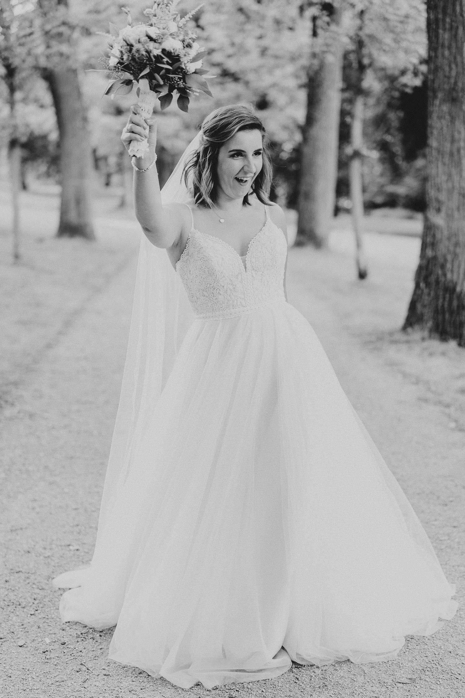 Hochzeitsfoto Braut in schwarz weiß auf dem Johannisberg Bielefeld