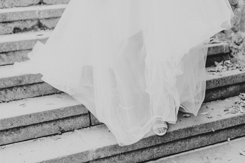 Schuhe unterm Brautkleid