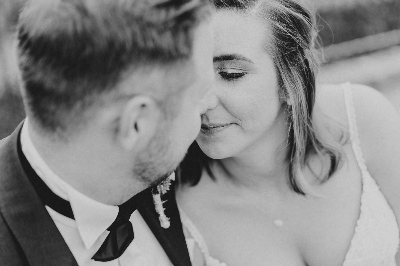 Brautpaar kurz vor dem Kuss in schwarz weiß