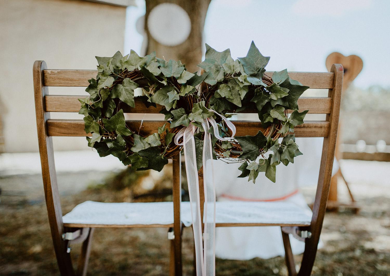 Hochzeitsstühle mit Efeukranz