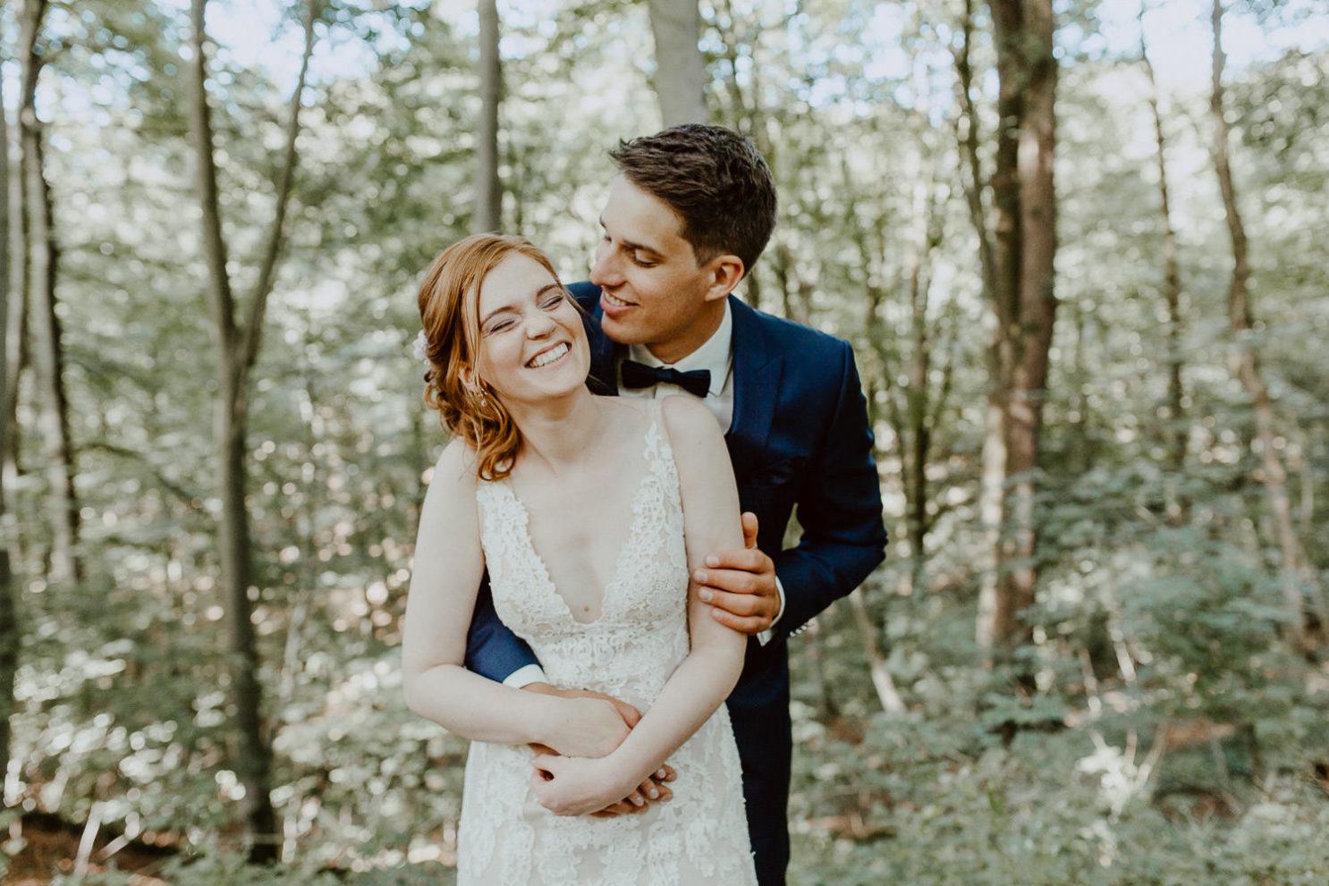 Hochzeitspaar lacht