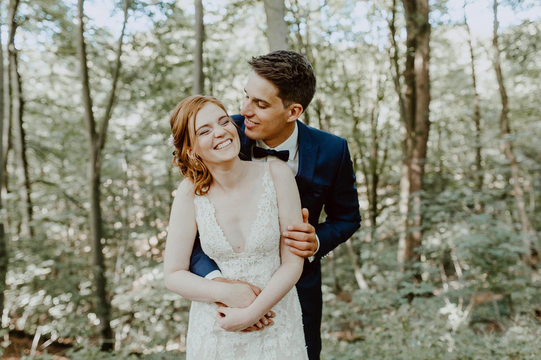 Brautpaar lacht im Wald an Burg Sternberg im extertal
