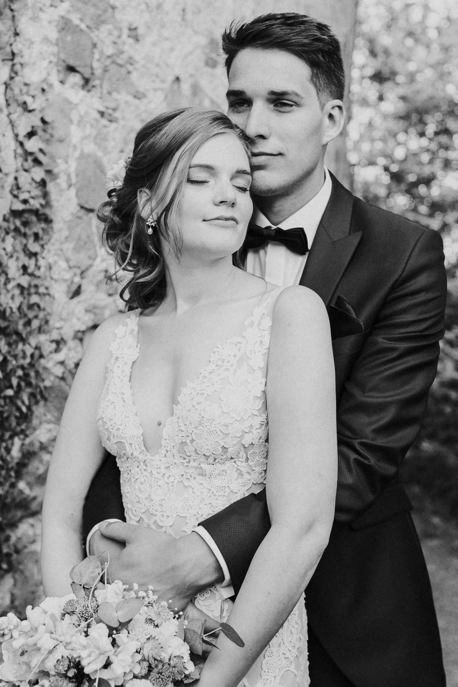 Braut lehnt sich an Bräutigam