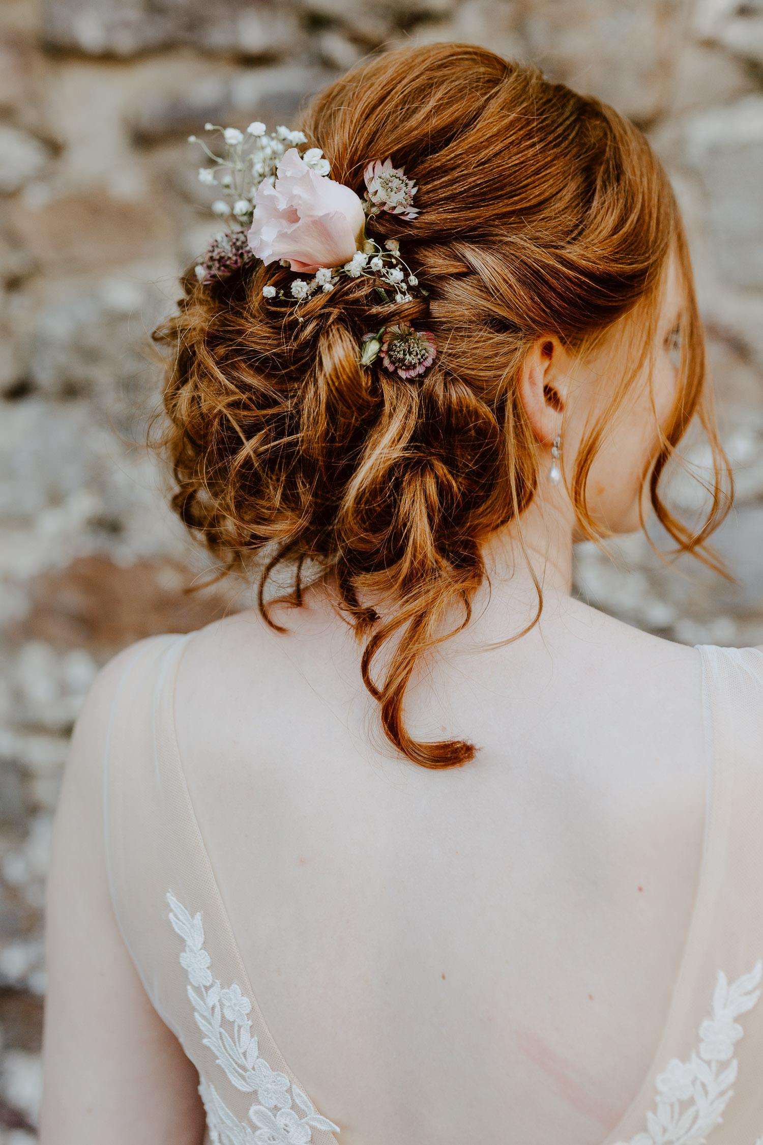 Brautfrisur mit Sommerblumen auf Burg Sternberg