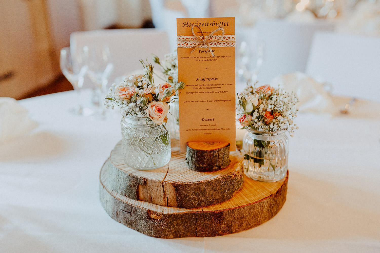 Hochzeitsdeko mit rosa Rosen auf Burg Sternberg Extertal