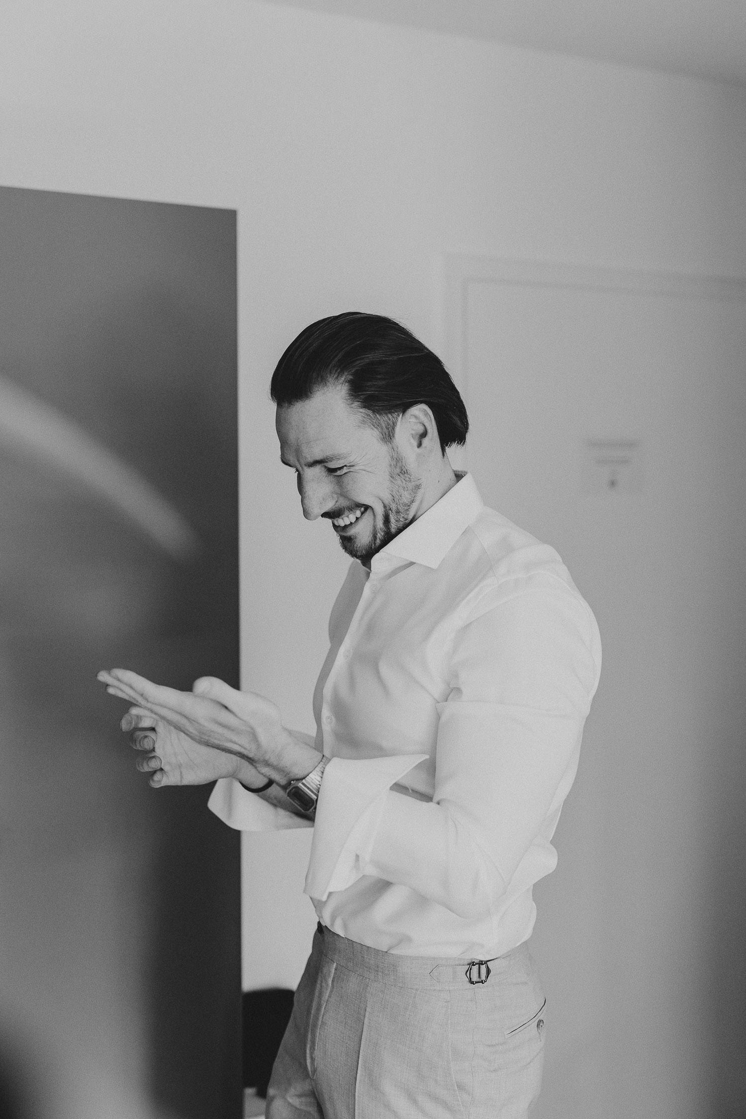 Bräutigam beim getting Ready in schwarz weiß