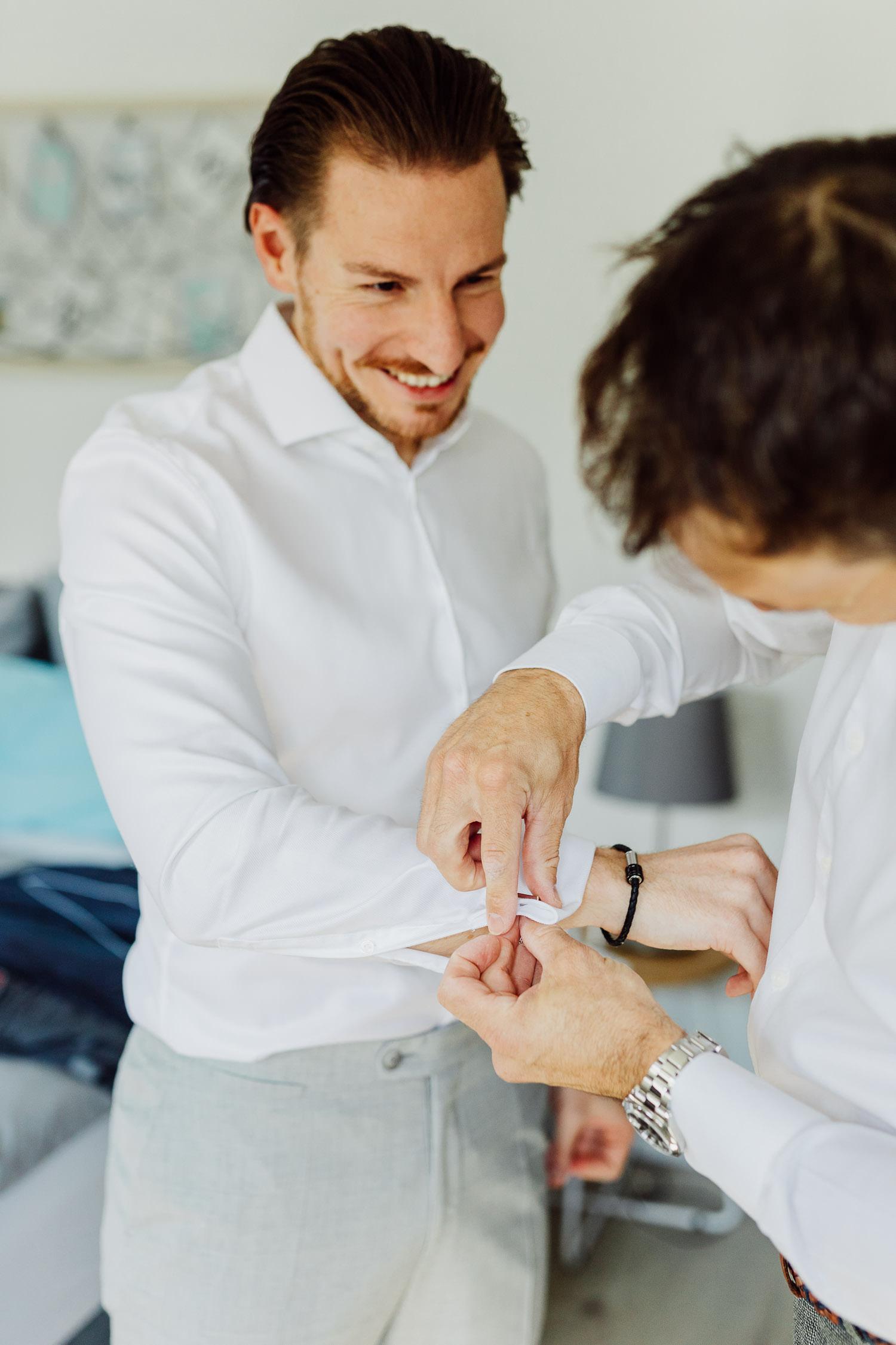 Bräutigam mit Trauzeugen beim getting ready
