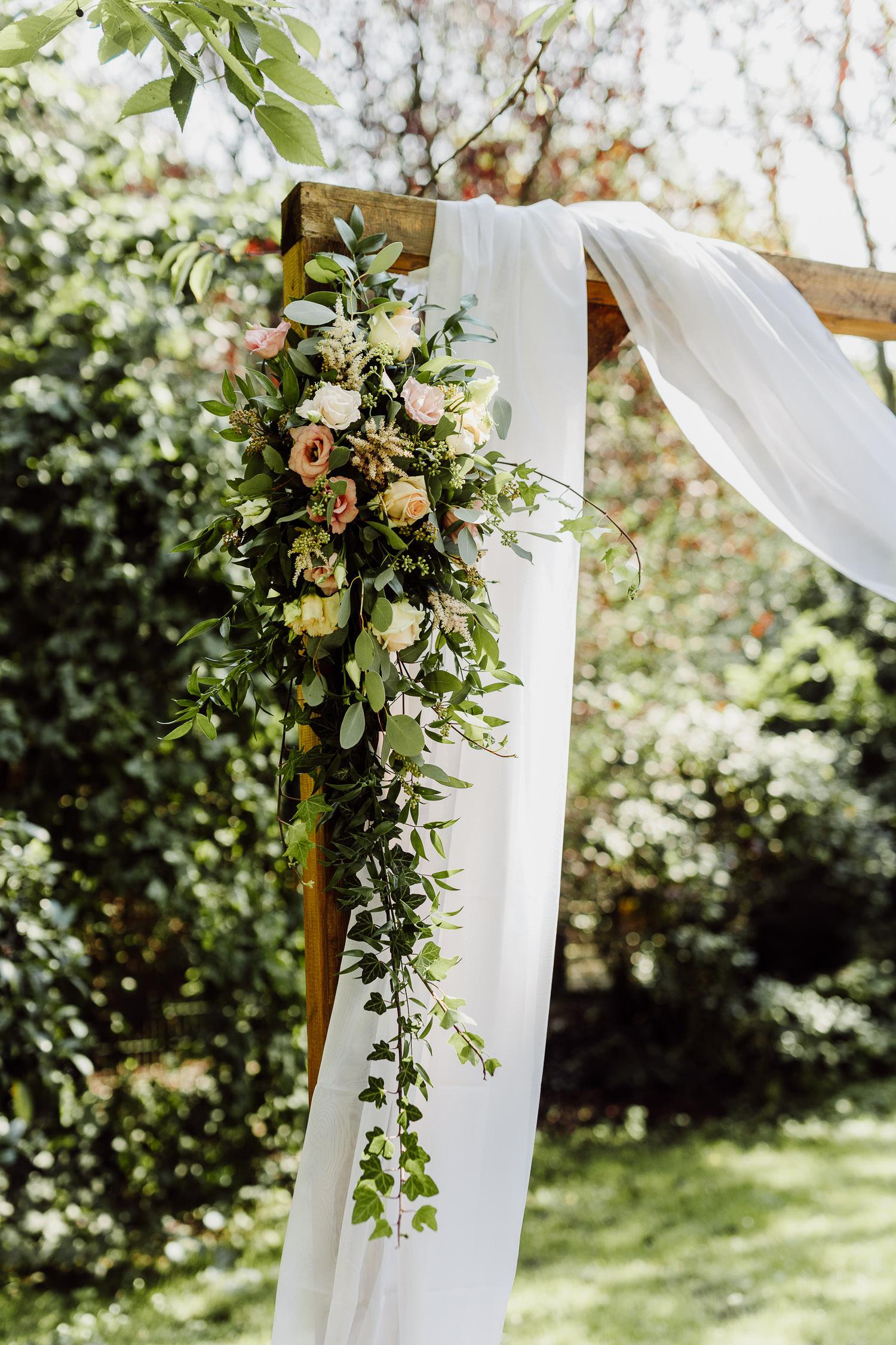 Blumen an Hochzeitsbogen bei Hochzeit im eventcenter bad oeynhausen