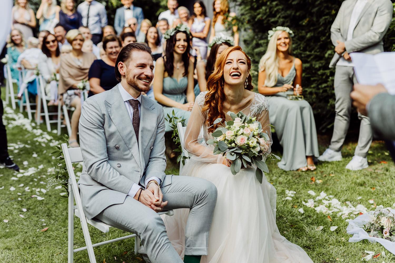 Brautpaar lacht bei Trauung im eventcenter bad oeynhausen