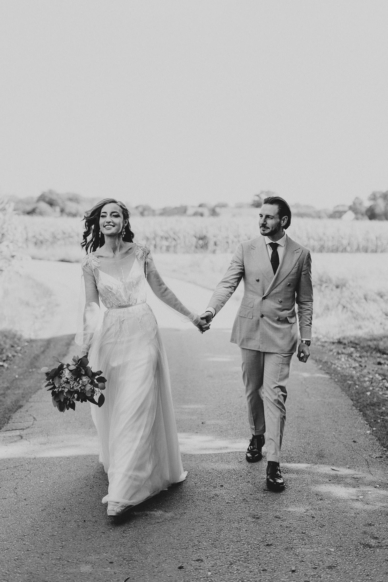 Brautpaar geht spazieren in Bad Oyenhausen