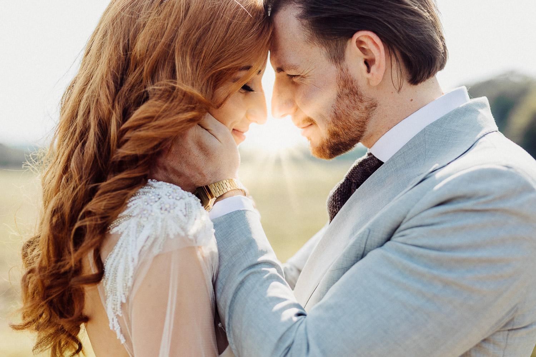 Brautpaar mit Sonnenstrahlen im Hintergrund bei Hochzeit im Eventcenter Bad Oeynhausen