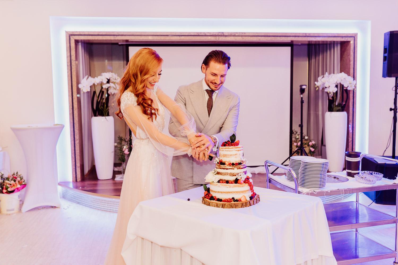 Brautpaar schneidet die Hochzeitstorte an