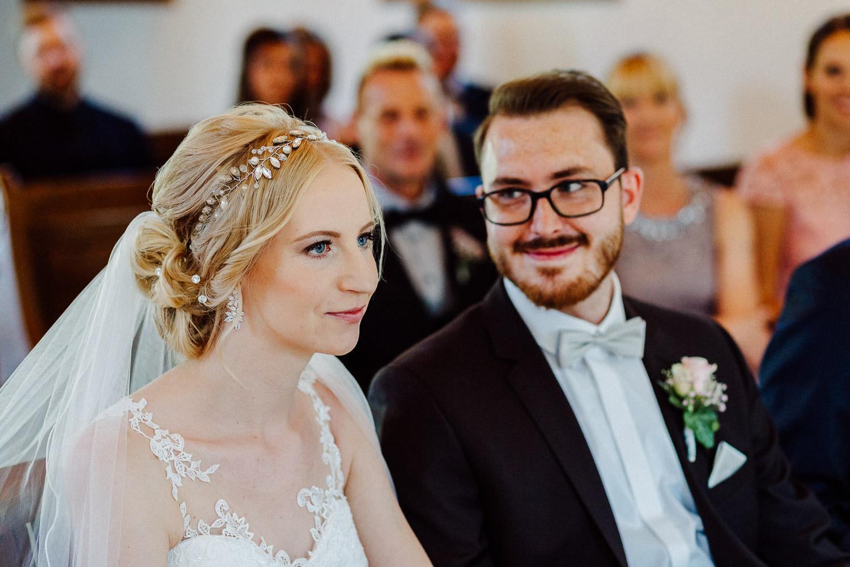 Bräutigam schaut seine Braut verliebt an