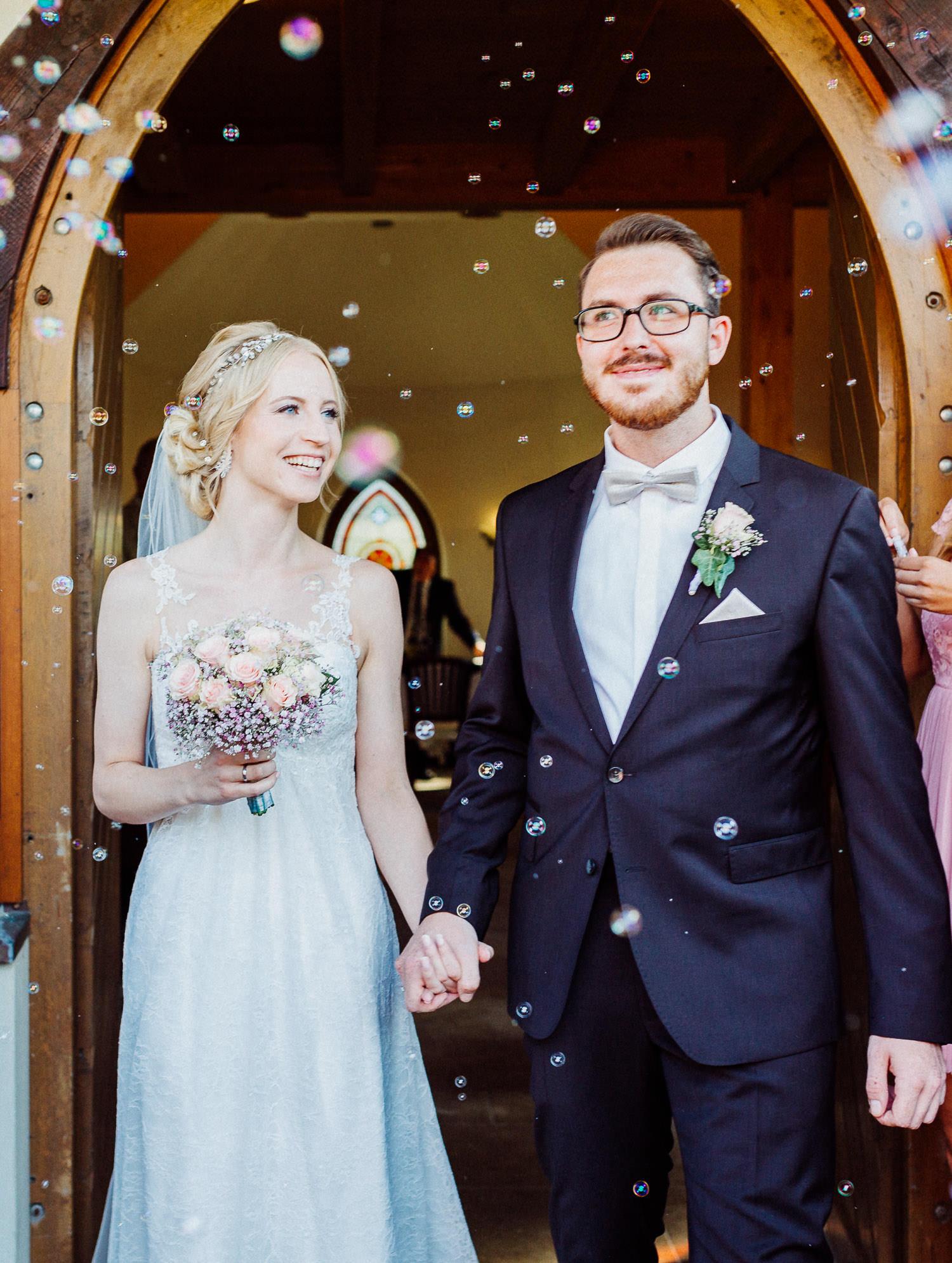 Brautpaar beim Auszug bei Trauung Fachwerkdorf Liebhart