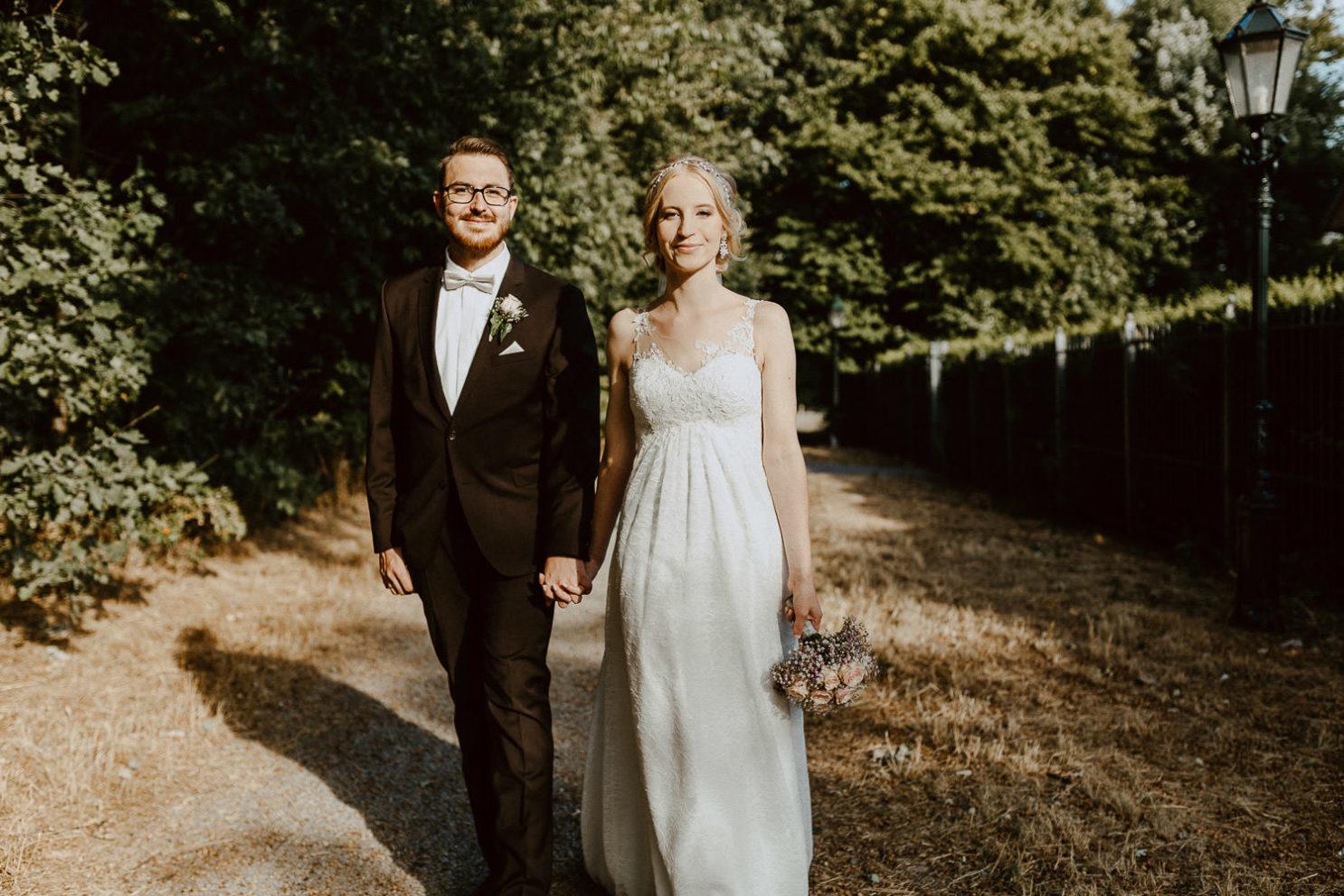 Brautpaar Hand in Hand in Detmold
