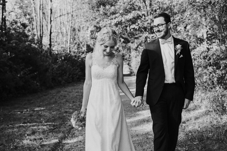 Brautpaar im Wald hinter dem Fachwerkdorf