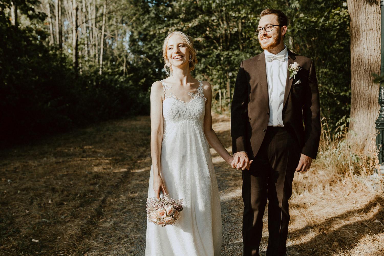 Brautpaar geht Hand in Hand Trauung Fachwerkdorf Liebhart