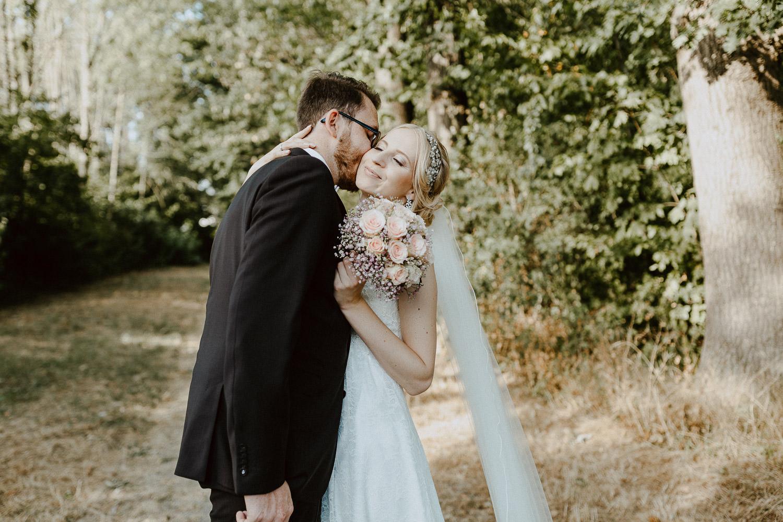Bräutigam küßt Braut auf die Wange Trauung Fachwerkdorf Liebhart