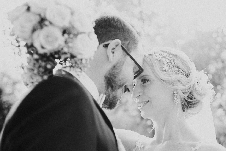 Brautpaar Stirn an Stirn voreinander