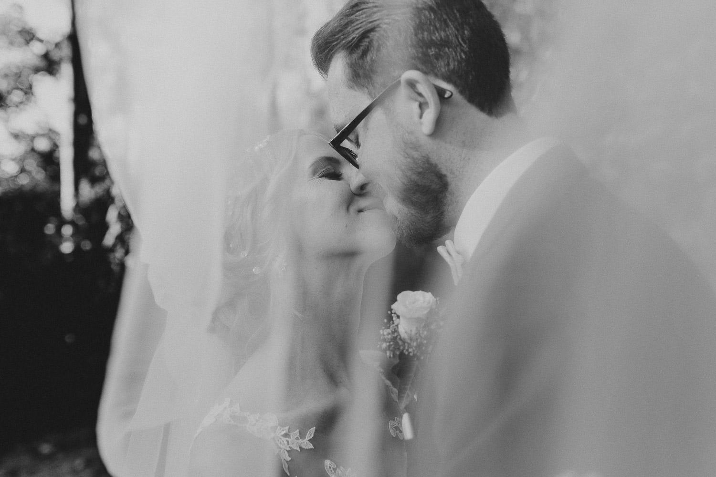 Hochzeitsfoto unter dem Schleier Trauung Fachwerkdorf Liebhart