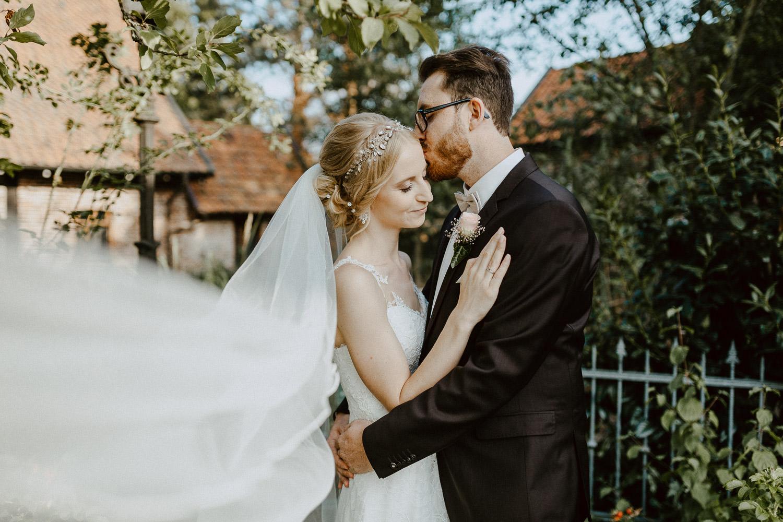 Brautpaar vor Liebharts Fachwerkdorf