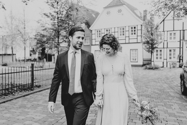 Brautpaar geht durch historischen Stadtkern Rietberg