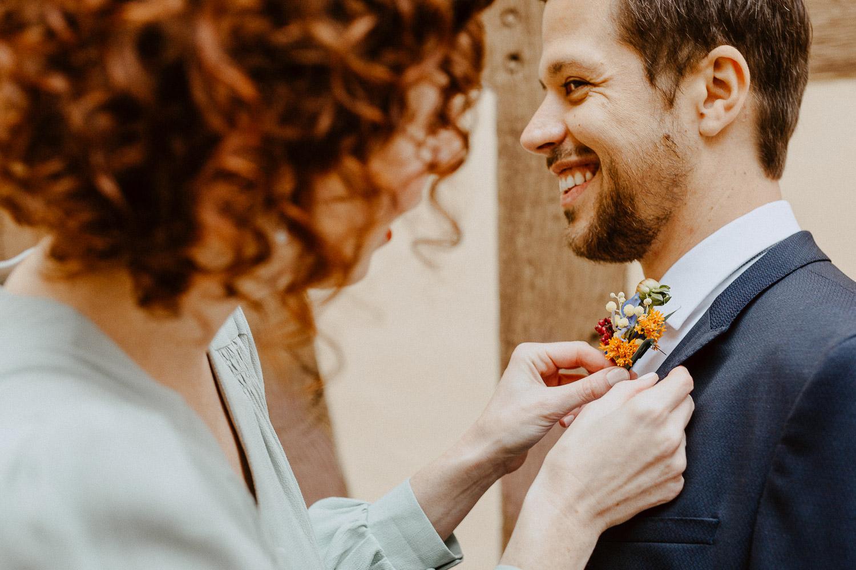 Braut richtet Blumen
