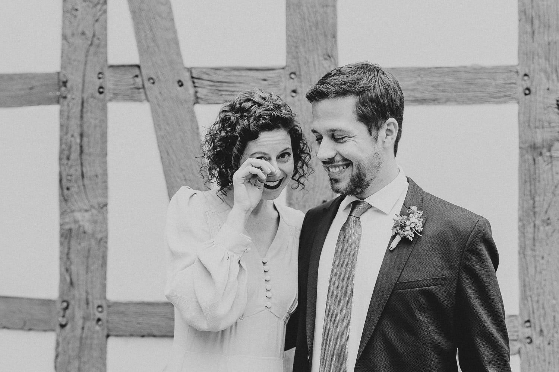 Braut hat Tränen in den Augen vor dem Standesamt Rietberg