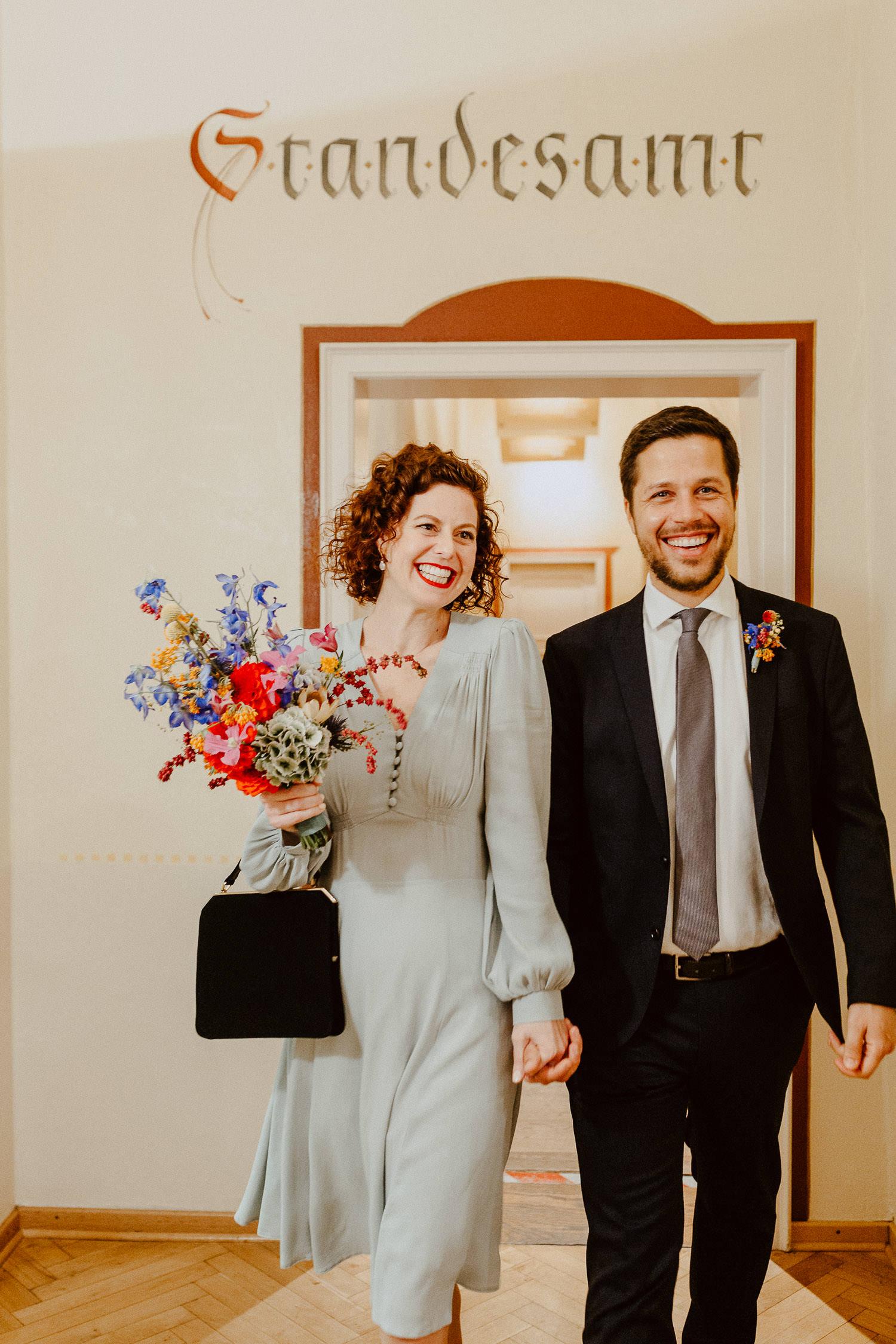 Brautpaar kommt aus dem Standesamt Rietberg