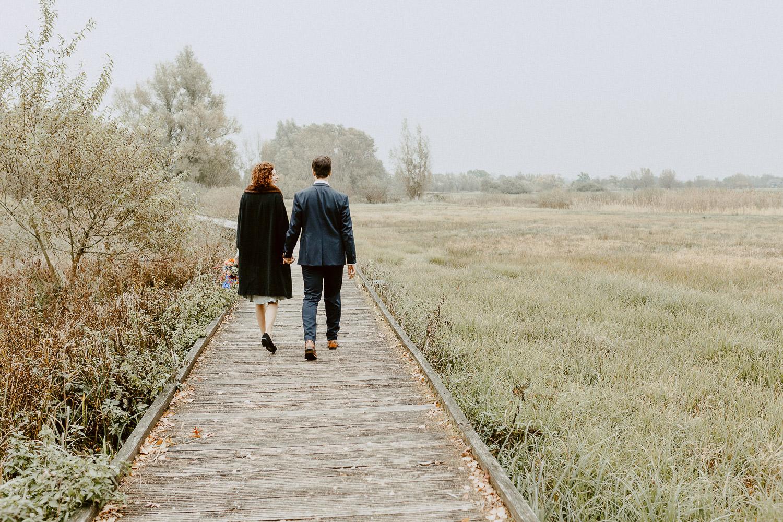 Brautpaar spaziert durch den Gartenschaupark Rietberg