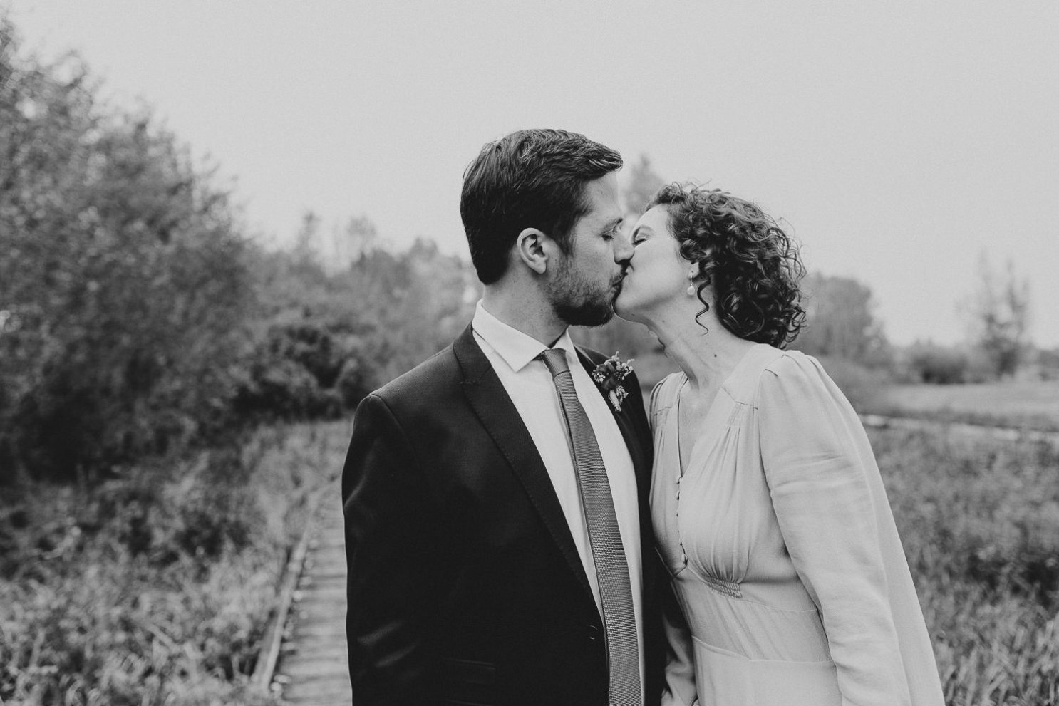 Brautpaar küßt sich im Gartenschaupark Rietberg