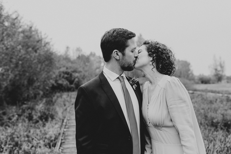 Brautpaar küsst sich im Gartenschaupark Rietberg