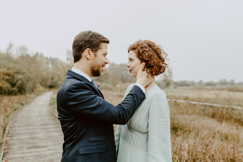 Bräutigam schaut Braut an
