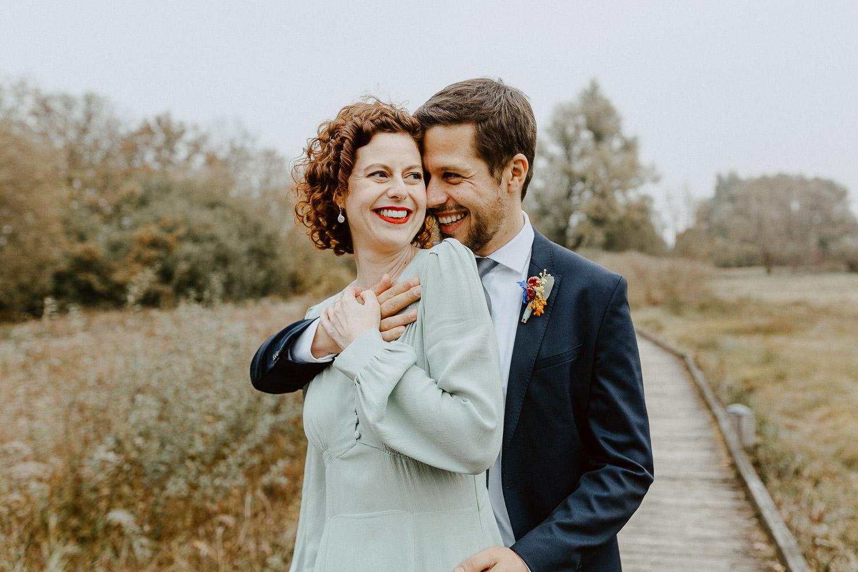 Brautpaar steht voreinander