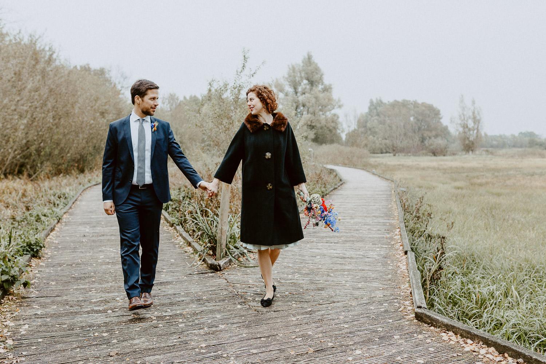 Brautpaar geht Hand in Hand durch Gartenschaupark