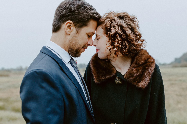 Brautpaar steht sich Stirn an Stirn gegenüber