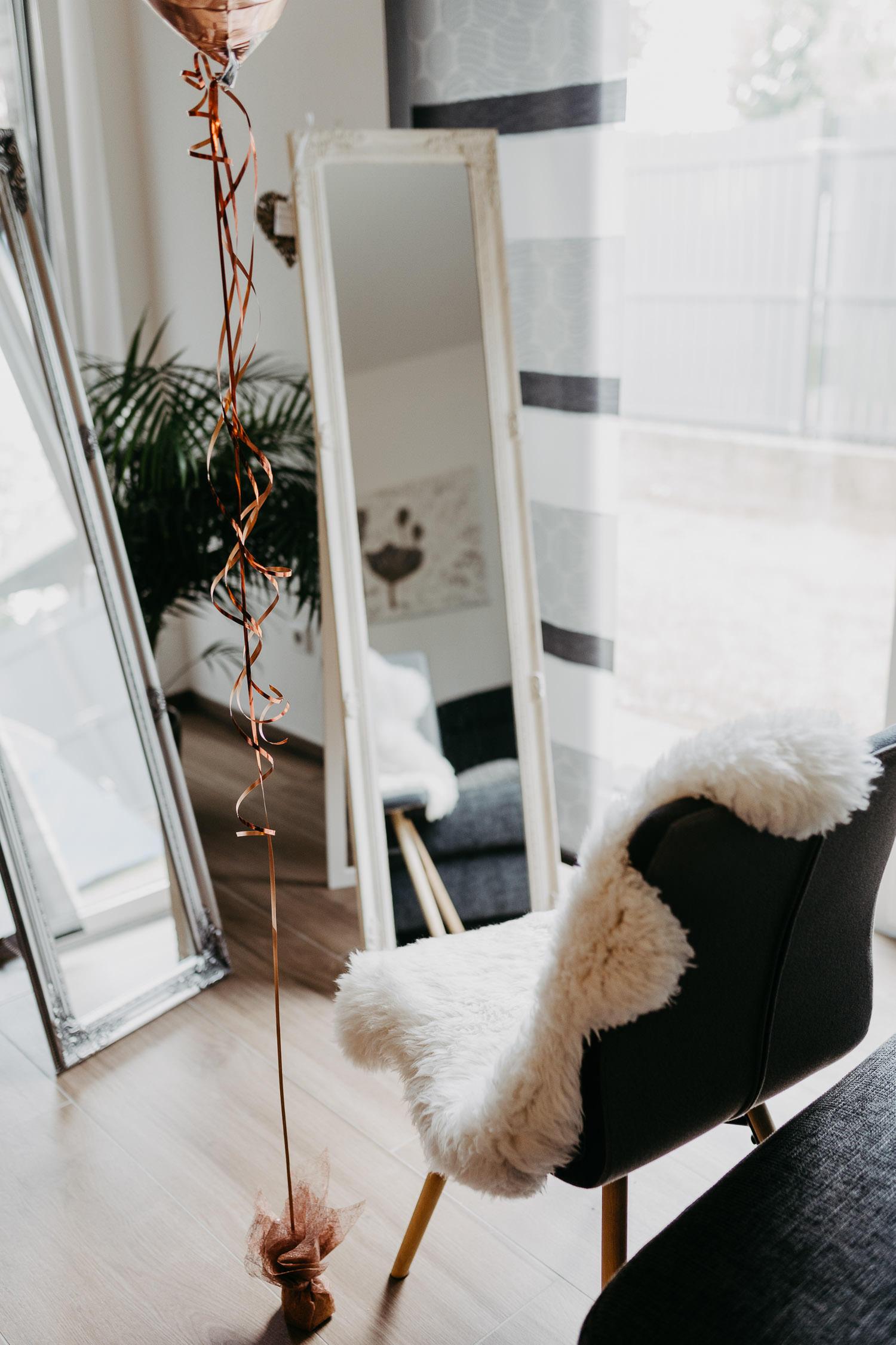 Stuhl vorm Fenster für das Getting Ready