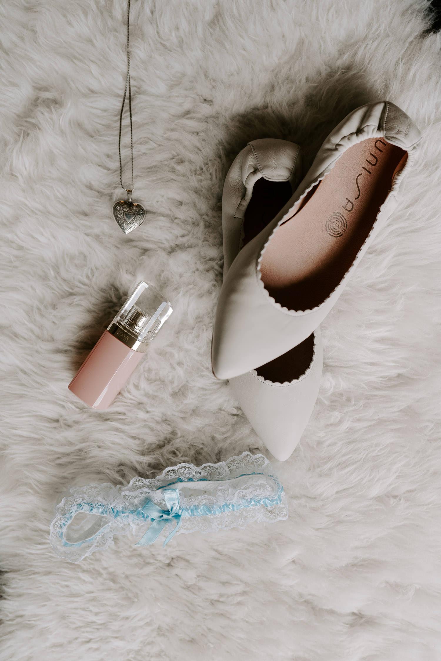 Hochzeitsschuhe und Strumpfband in blau