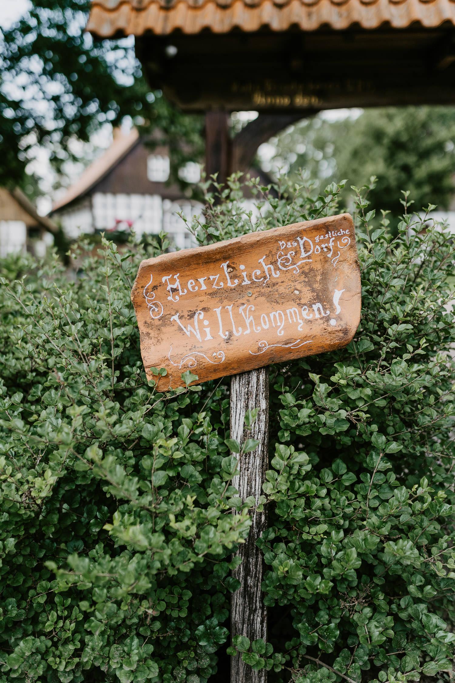 Willkommensschild im gastlichen Dorf Delbrück